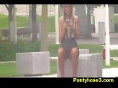 Upskirt vídeo sobre menina loira no parque