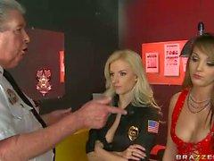Cam Lesbica con il Lady Cop dai grossi seni