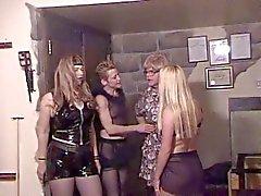 Kinky lesbos kuikens in leder