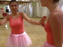 BFFS - cute Petite Ballerina a baisé par ses amis
