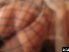Amy Reid in Netzstrümpfen wird zugeschlagen