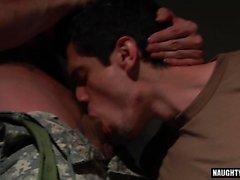 Grande cazzo gay sesso orale e sborrata