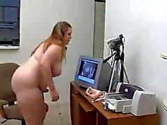 Knubbig kvinna onanerar för hennes webbkamera Show - Derty24