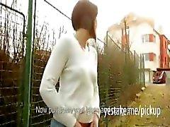 Gym meisje pronkt haar lichaam naar buiten en wordt geneukt voor geld