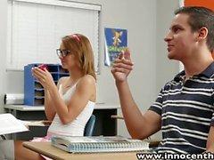 InnocentHigh Nettes jugendlich reitet Hahn im Klassenzimmer