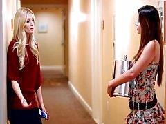 Charlotte ve Natasha sevişirken