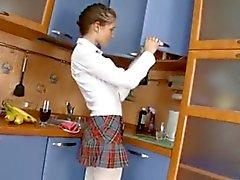 Rusça schoolgirl mutfakta gets