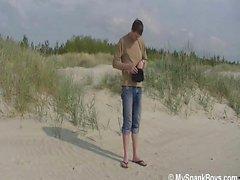 Plaj erkek spanked kişiye