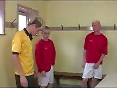 Hot grupp homosexuella twinks i fotboll omklädningsrummet grupp avsugning kul