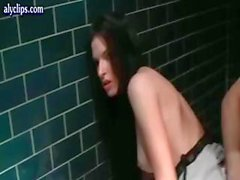 Reizvolle Brunettefrau eine Freundin führt ihn auf die öffentlichen Toilette zu hot sex