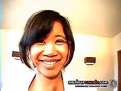 Schoolgirl Yumi asiatiska teen famlade i kjol med vit man