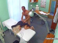 Sarışın busty porno yıldızı doktor becerdin