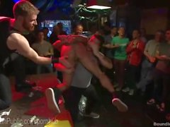 Go-Go Dancer es follada por multitud de bar