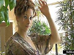 Geil Frau in weißem Kleid Hänseleien Rock geschaut an Spiegel