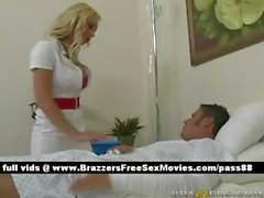 Amabile procace bionda infermiera si occupa di un malato