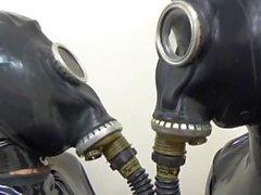 couple latex japonais dans le masque de latex et de gaz