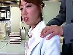 Misato Sakurai est stimulée des jouets