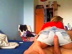 Blond webbkamera tjej med glasögon med avsugning