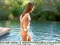 Sofia quente morena com seios pequenos brincando buceta e natação em biquínis e piscando tits
