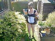 Schlampe Zimmermädchen im Garten