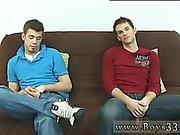 Красное во главе зависших геи Twinks Обе людей без одежды выкл и сел