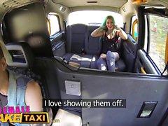 Taxi Faux Femme Dildo fait Babe tatoué lesbienne chaude