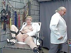 Lo scienziato pazzo versa cera bollente sul clit vincolato spessi portfolio Donna matura bionda prigione