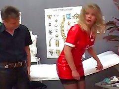 Blonde MILF Schwester wird geil beim Anblick Patienten Fest pulsierenden Schwanz