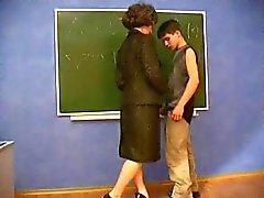 MILF leraar verleidt jonge student
