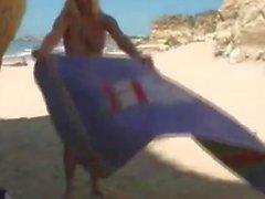 Alison Angel liebäugelt am Strand