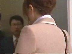 Asiatiska sekreterare blir gangbanged i hissen för en gräddig ansiktsbehandling