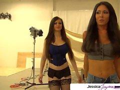 Jessica Jaymes y Kendall Karson chupar una enorme polla blanca