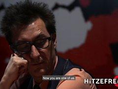 HITZEFREI allemande rousse tatouée baisée après strip poker