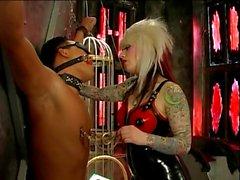 La maîtresse Lola latex en prenant soin de de ses gars esclave