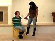 Kvinna trumman tejpade genom kvinna som
