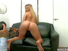 Curvilicious blonde Neuling Katie Banks