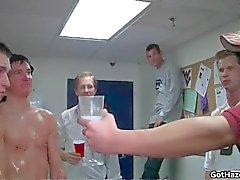 свежими прямыми парни из колледжа однополые видео