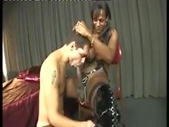 en stor svart kranen brasiliansk Shemales TS Falvia blir ett slarviga head
