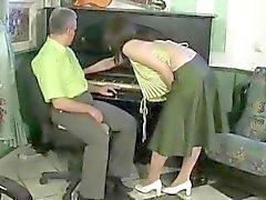 Yaşlı adam onu baştan çıkarır seksi esmer kız sikikleri