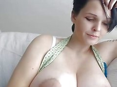 Ragazza con i corti e enormi seni naturali in webcam