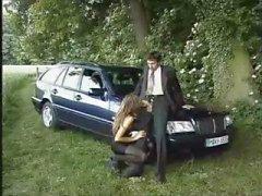 Брюнет суки Дэнис La Буше трахнут рядом с автомобилем о стороне дороги
