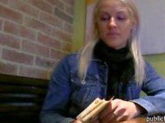 Блондинка чувственный любительские детка общественного туалета собачка стука
