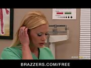 Slutty blonde infirmière Shyla Stylez baisée comme le cheval