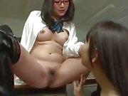 Asian Lesbian Schoolgirl Pussy wirft Zauber auf Lehrer