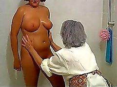 OmaPass Mollige Frauen mollige Großmutter mit alten Ältere Frau im Bad