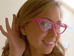 Óculos schoolgirl Squirting vestindo bateu duro