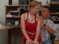 Roodharige cheerleader doet blowjob voor nerdy kerel in principals office