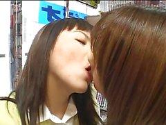 Lesbiennes zoenen in het openbaar 2