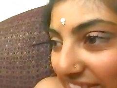 chica india asiática con un gran culo chupa la polla