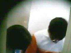 Desi mallu femme embrassant par son ami dans Bathroom.mp4